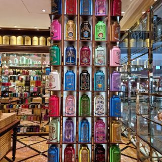 The first thing that catheces your attention is the way the entire store is arranged, with spotless tea pots to colorful cans and more. TWG is always such an wonderful place to visit.  For those that love tea, macaroons and colors.  Have an excellent week ahead folks.   #twgsingapore  #twg  #shoppesatmbs  #mbs  #mbssingapore  #weekendvibes  #werkendmood